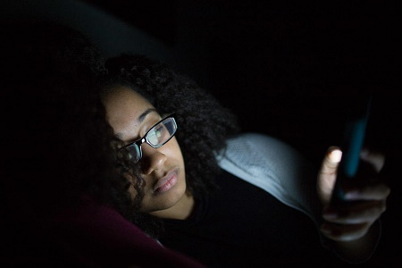 Be Warned Using Smartphone At Night Can Cause Blindness