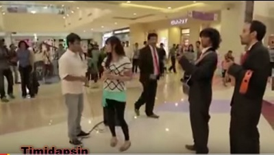 Embarrassment of the Year! See What a Girl Did to Her Boyfriend Who Proposed in a Shopping Mall (Video)