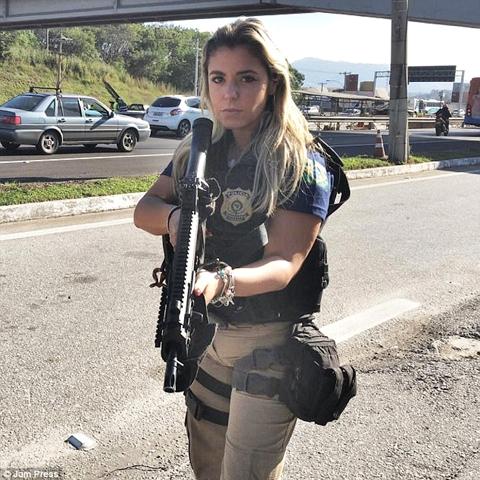 Photography women in brazil posing with guns foto