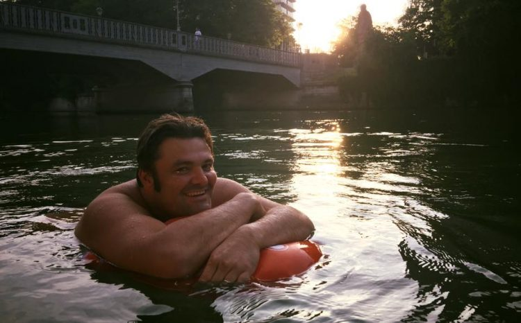 Just Like a Fish: Meet the 40-year-old Man Who Swims to Work Every Day to Avoid Traffic (Video)