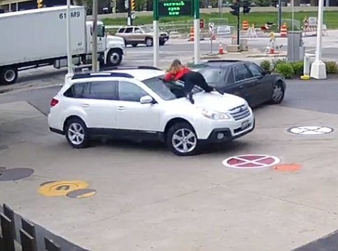 See How a Brave Woman Jumped on the Bonnet of Her Moving Car to Stop Thieves from Stealing It (Video)