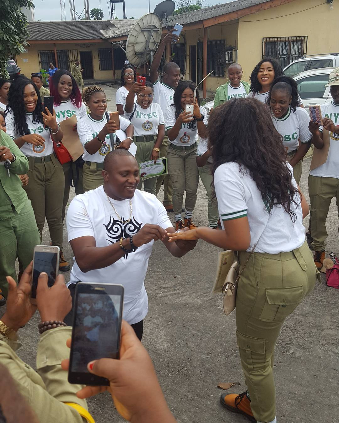 Nigerian Man Bends the Knee to Propose to His NYSC Babe in Port Harcourt (Photos)