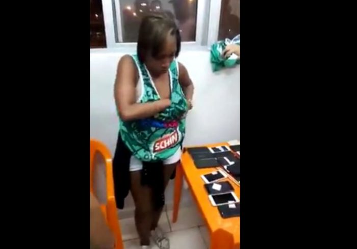 Woman Caught After She Stole and Hid 30 Phones in Her Dress (Video)