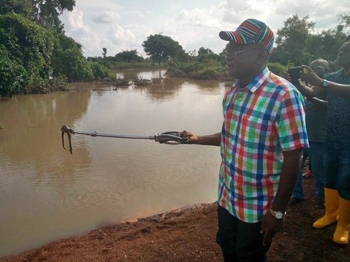 Gov. Ortom Kills a Poisonous Snake, Puff Adder, While Inspecting a Flood Region in Benue (Photos)