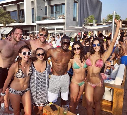 Peter Okoye Having A Good Time As He Poses With Bikini Girls In ...
