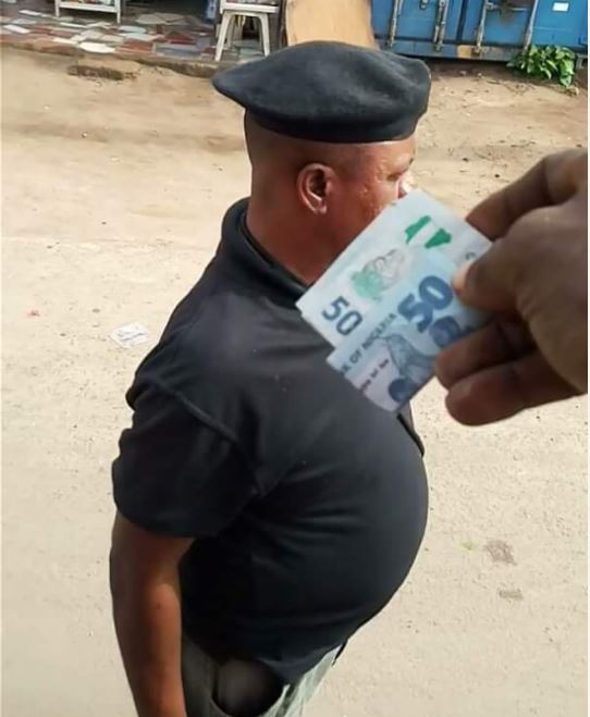 Police Officer Caught On Camera Collecting Bribe Publicly In Abia (Pics)