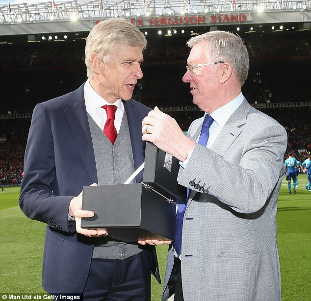 Ferguson And Mourinho Hand Special Trophy To Wenger For His 22 Years Service As United Wins Arsenal 2-1 (Photos)
