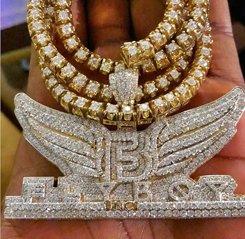 Singer, Kiss Daniel Flaunts His Diamond Encrusted New Chain Reportedly Worth N14Million (Photos)