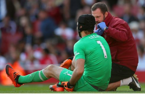 Arsenal's Cech Out For A Month With Hamstring Injury