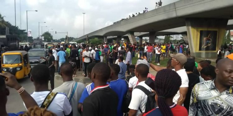 Gunshots As Policemen, Soldiers Chase #RevolutionNow Protesters From Lagos Venue