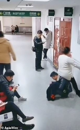 Man turns himself into a human chair for his pregnant wife