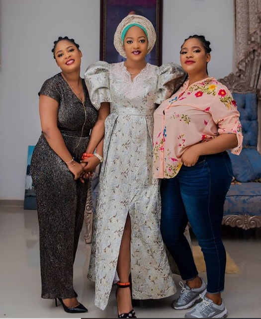 Ooni of Ife's wife, Queen Naomi posing with her sisters