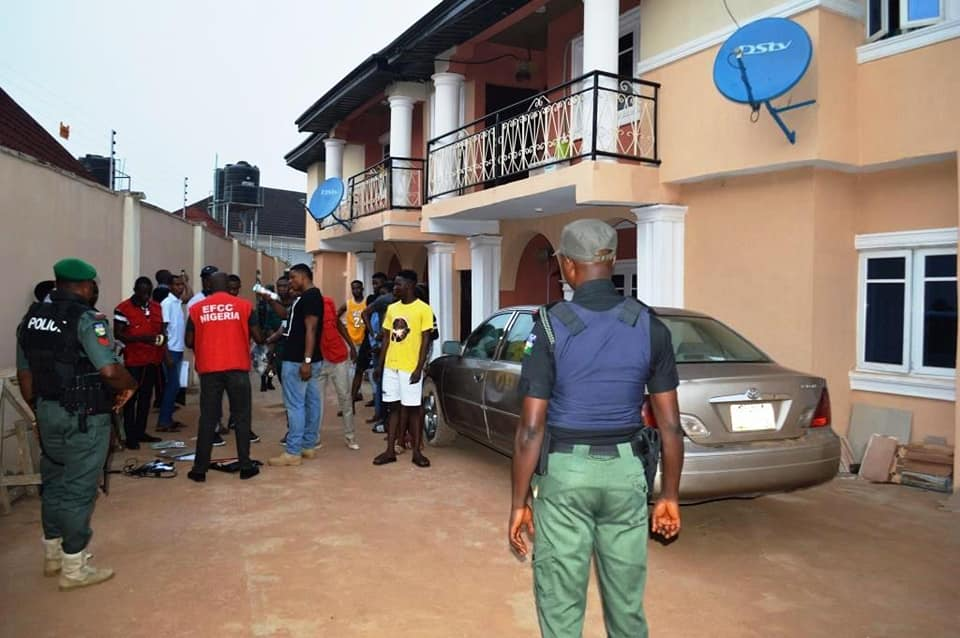 Drama As EFCC storms Yahoo Boy's hide out, recovers 5 cars and laptops