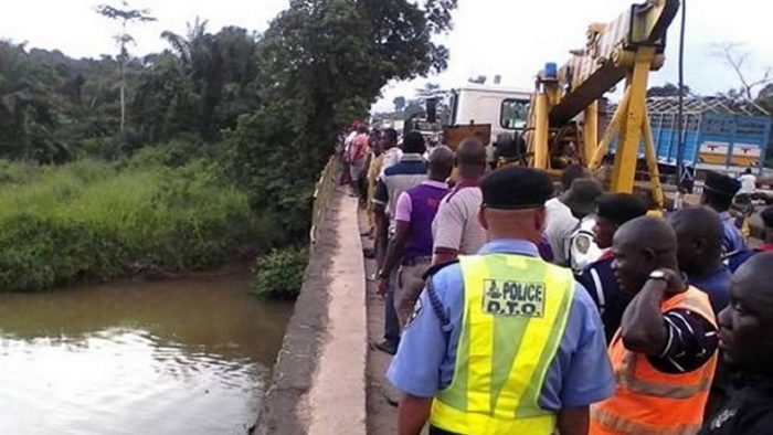 Vehicle plunges into Ososa River