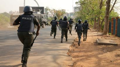 robbers attack police