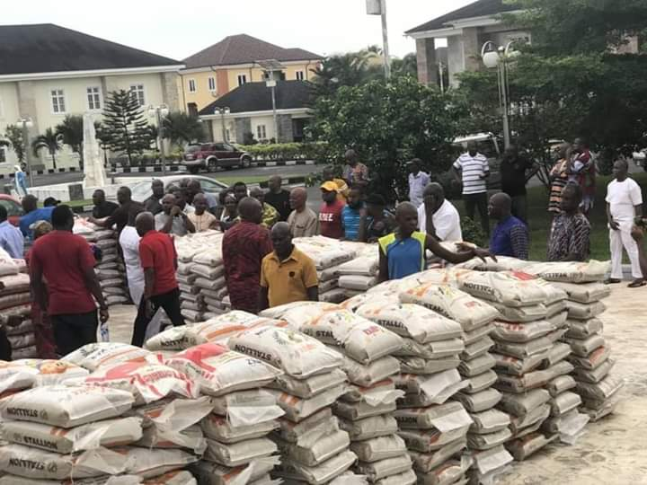 Innoson shares 1.000 bags of rice to the poor