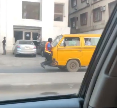 Policeman hangs on bus' bonnet after disagreement with driver
