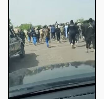 The security operatives surrounding Governor Zulum during Boko Haram attack