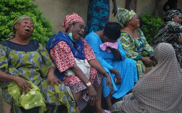 Sympathisers crying over the death of Abiola Ajimobi