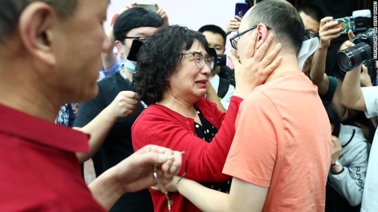 See The Emotional Moment Man Who Was Kidnapped As A Baby Got Reunited With His Parents 32 Years Later