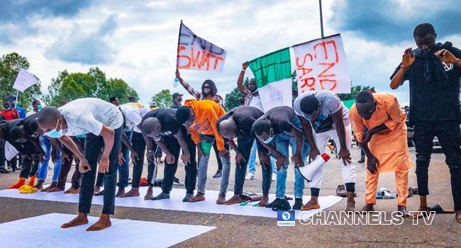 Protesters hold Jummat prayers on the road