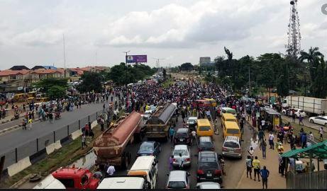 Protesters block Lagos-Ibadan expressway