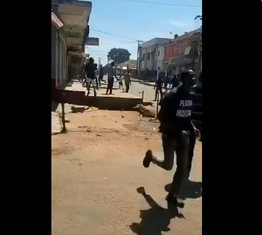 Youths and police clash in Jos