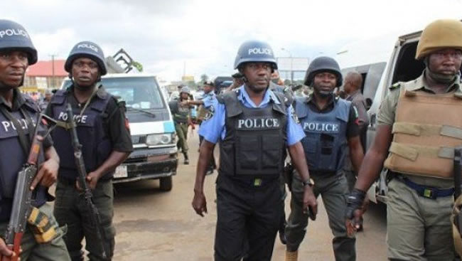 BREAKING: Gunshots Rock Abuja Market As Policemen Prevent Hoodlums From Looting Warehouse