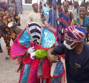 Obasanjo exchanging greeting with a masquarade