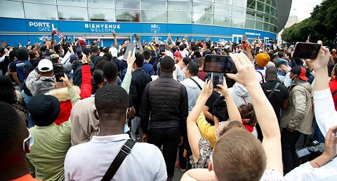 PSG fans at the airport waiting for Messi