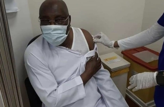 Atiku receiving Pfizer vaccine