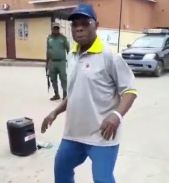 Obasanjo dancing