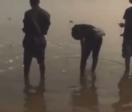 Ritual: Yahoo Boys Seen Throwing Money Into A Dirty Water As They Prayer