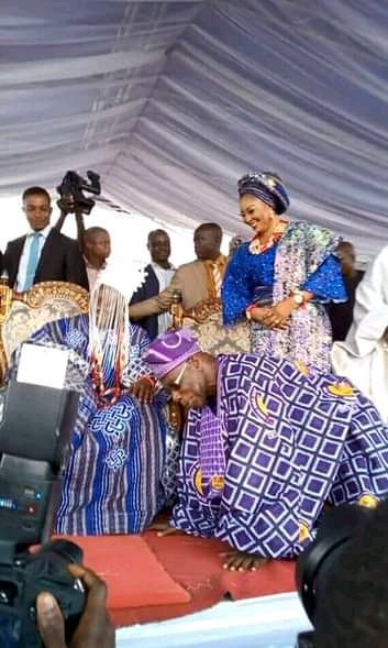 Obasanjo prostrates before the Agura