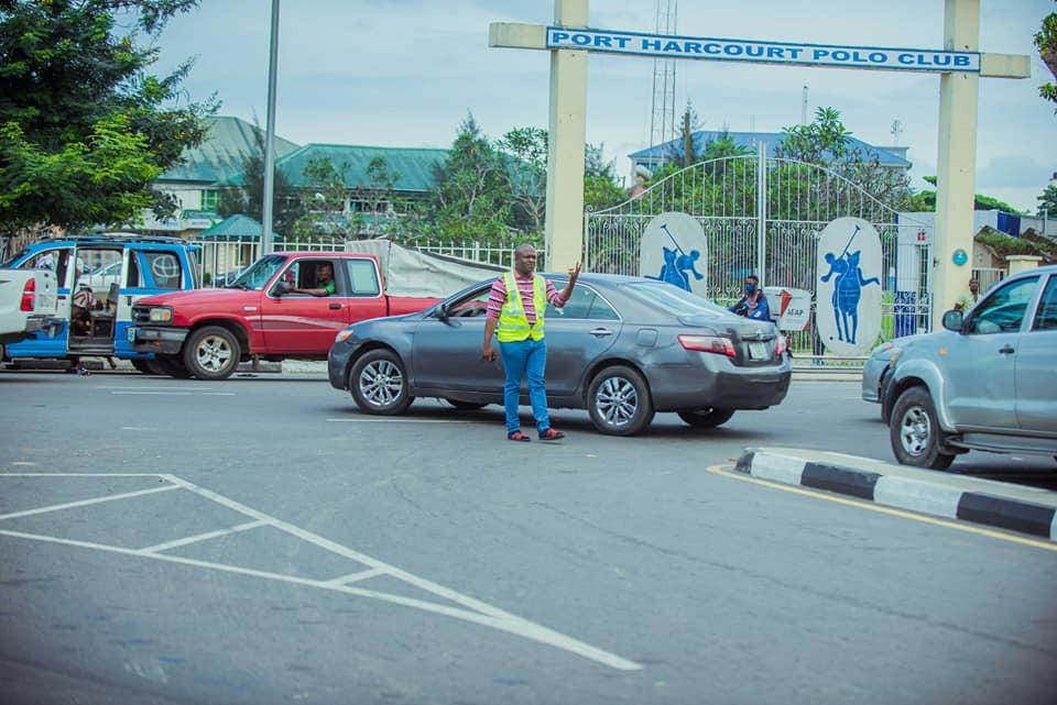 Billionaire businessman, Ijiomah controlling trafffic in Port Harcourt