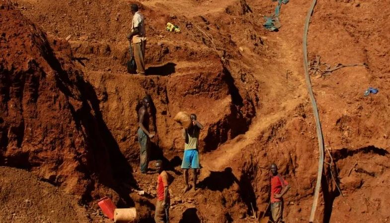 In Zimbabwe: Dozens trapped after gold mine collapse - Tatahfonewsarena